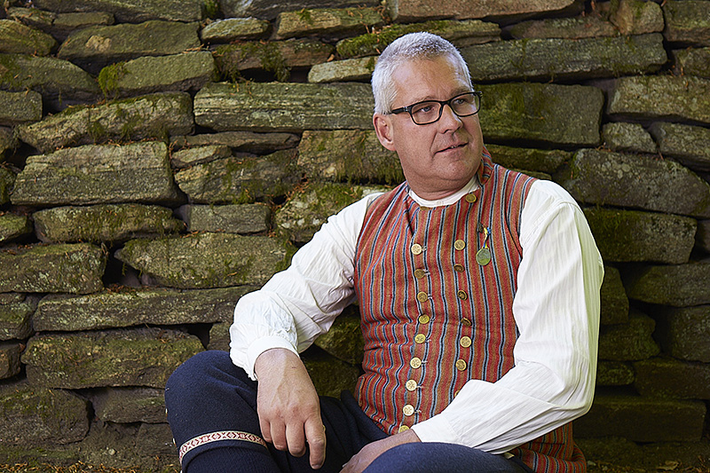 Ingen midsommar utan... traditionellt firande i Ramnaparken. Torbjörn Isaksson, kassör i hembygds- föreningen Westergyllen håller i firandet.