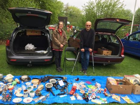 Miriam Ellisson och Sven-Erik Jöneroth passade på att sälja lite saker som de själva inte behövde på \