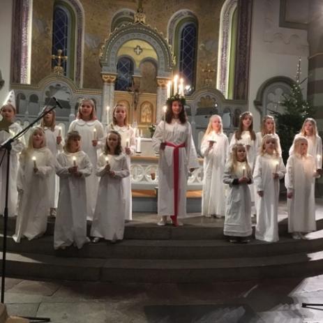 Adventsgudstjänsten i Bräkne-Hoby kyrka bjöd på ett vackert Luciatåg.