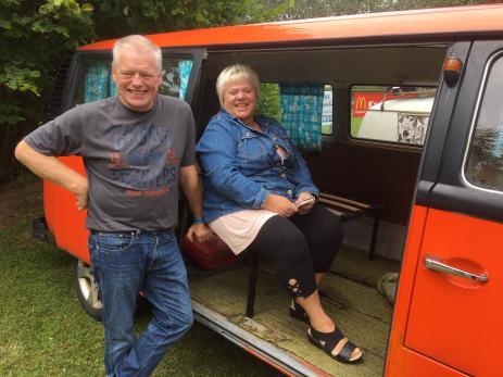 Erik Christiansson och Eva Karlsson har en Folkvagnsbuss som en gång har tjänstgjort som polisbil. Här finns både facket för stoppspade, handbojs- och kartficka kvar, berättar Erik.