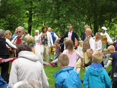 Så kan dansen börja med Göran Hjalmarsson från Folkdanslaget som ledare.
