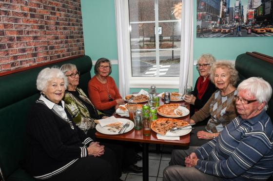 <span>Lillian Bylander, Ninnie Ohlsson, Ulla Eneberg, Inez Sjöberg, Inger Rågård och Inga Karlsson tyckte att pizzan smakade bra.</span><span><br /><br /></span>