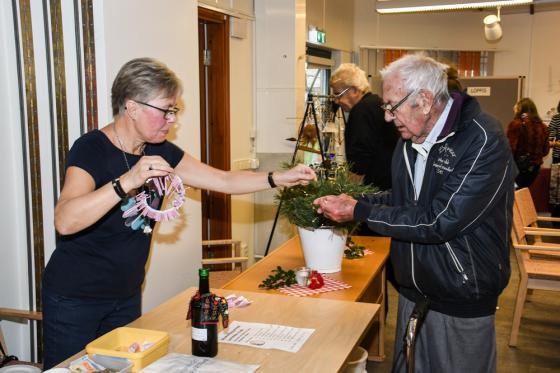 Sålde lotter gjorde även Lena Nilsson - här till Olle Palmborg.