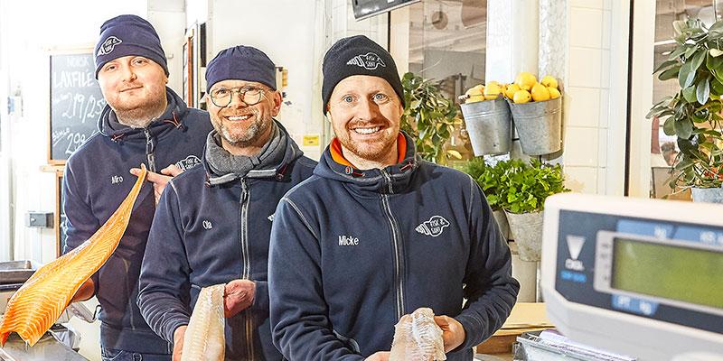"""Citys Fiskaffär. Michél """"Micke Fisk"""" Eriksson (t h) basar över Fisk & Sånt (tillsammans med Jonas Karlman som saknas på bilden). Miro Balta och Ola Zandén är relativt nya här – men har båda många års erfarenhet."""