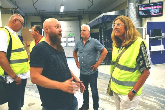 Fackets klubbordförande Henrik Svensson i samtal med LO:s vice ordförande Therese Guovelin.