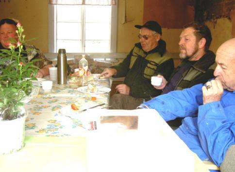 smörgårtårta som ett tacksamt avbrott i det smetiga arbetet senare på dagen blev det också surströmming som blandades med tjärdoften.