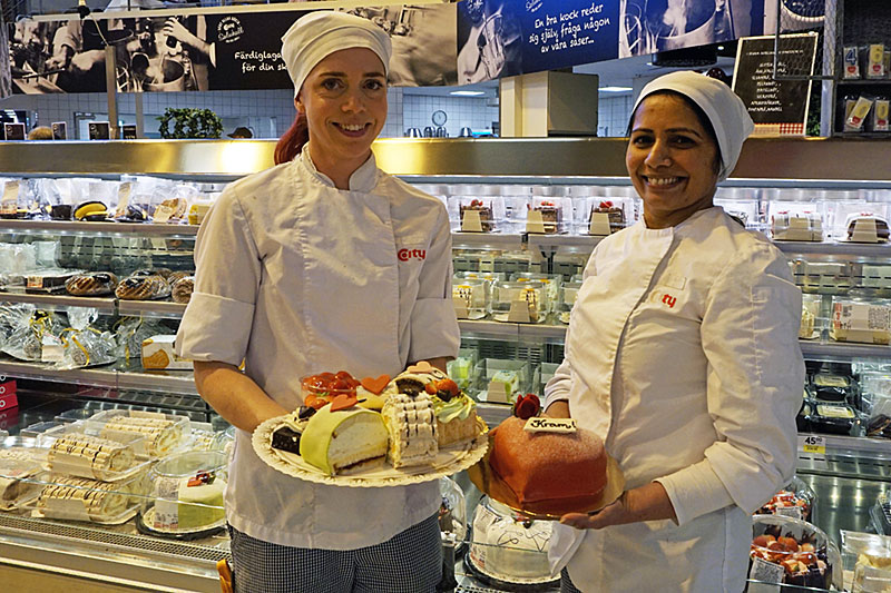 Mums! Monica Annas och Varsha Mistry som jobbar i City Knallelands bageri har många goda bakelser att bjuda på till Alla hjärtans dag.