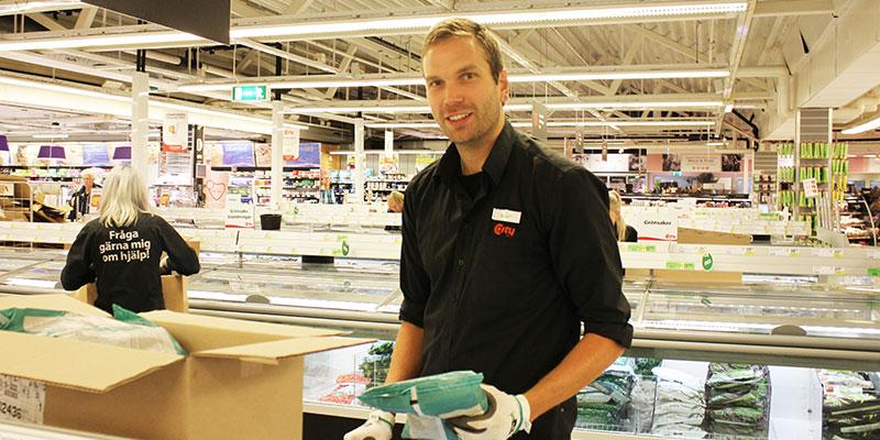 Hittar i frysdisken. Frys- och brödavdelningschef Mikael Finnskog har full koll på var saker och ting finns i frysdisken. Till sommaren tar han pappaledigt. Igen.