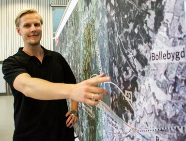 Johan Collinder, projektingenjör vid Trafikverket visar det tänkta stationsläget i Kråketorp.