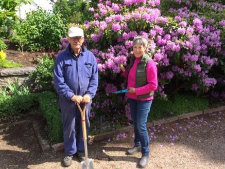 Åke Persson och Eva Holmberg är några av de frivilliga som ser till att hålla Svenmanska Parken fri från ogräs.