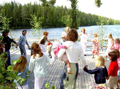 Med Carinas sång och Jon-Eriks och Staffans spelande kunde dansen och lekarna ta fart