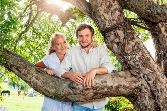 <span>Emmelie och Martin har varit ett par sedan de var 19 och 18 år och delade samma dröm om ett lugnt familjeliv på landsbygden.</span>