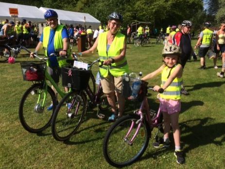 Jan och Åse Olssen cyklade för andra året med Julia Henriksson 8 år