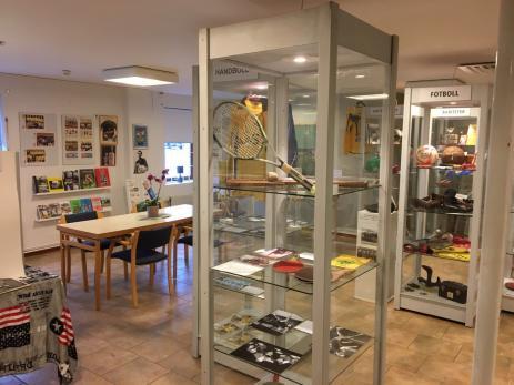 Inne på Idrottsmuseet, som ligger i Karlssonhuset, finns flera montrar som speglar Blekinges idrottsvärld under de gågna åren.