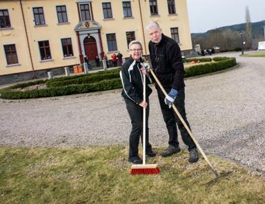 Margareta Nyström och Åke Andersson såg till att tusentals småsten lämnade gräsmattan framför klubbhuset.