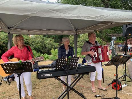 Gruppen Tre G från Karlshamn underhåller med välkända låtar från - 50 och - 60 talet.