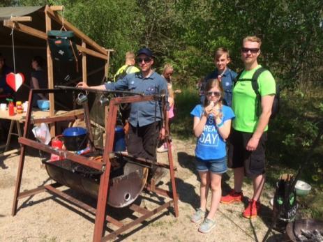 Hos Scouterna grillade Stefan Rhenberg korv för de hungriga besökarna. Men Vera 9 år, som var där med pappa Patrik, valde att köpa sig ett pinnbröd i stället.