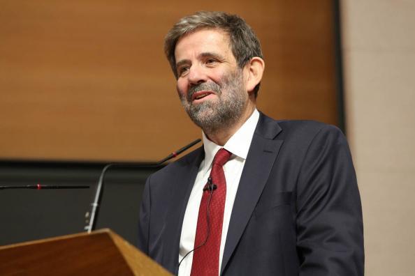 Thomas Sterner är professor i miljöekonomi. Under läsåret 2015-2016 har han valts till gästprofessor vid Collège de France. Under året kommer han att hålla ett antal föreläsningar om utformningen av ekonomiska styrmedel för att hantera såväl lokala som globala miljöproblem.