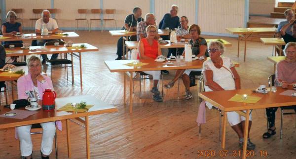 Personalen på Ramviks Folketshus, hade reglerat avstånden på sittplatserna i den rymliga dansrotundan, där kunde serveras fika i halvtid av underhållningen
