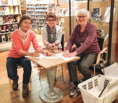 Ulla Lyckestam, Birgitta Alfredsson och Barbro Mattinen från Bollebygds Kulturförening tog emot bilder till årets Fotosalong.