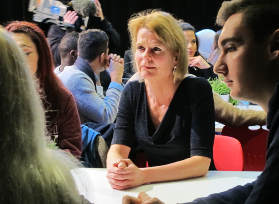 Åsa Regnér lyssnar in elevernas diskussioner.
