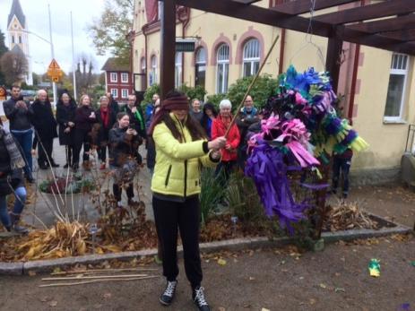 Eleverna hade också tillverkat en pinata, som bland annat besökaren Louise Nordström fick äran att slå sönder.