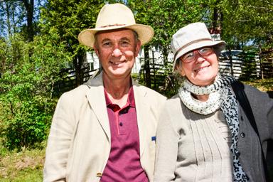 Paret Johan och Lisa Blomdahl elegant sommarklädda.