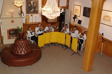 Mässingssextetten Drott från Göteborg underhöll uppvaktade medarbetare och nyblivna pensionärer med brunnsmusik.