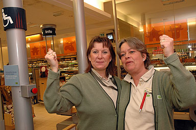 Butikschefen Sofia Hjalmarsson och Lotta Andéren höjer armarna i