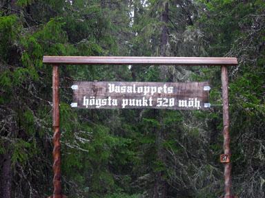 Vasaloppets första tre kilometer handlar omen lika lång uppförsbacke. När man når den här skylten så bär det så sakteliga av utför mot Mora.