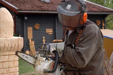 Finliret gör Björn med sin allra minsta motorsåg...