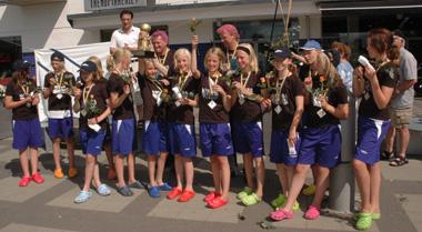 F12:orna höjer sin silverpokal i luften och jublar över sina silvermedaljer i Gothia Cup 2007