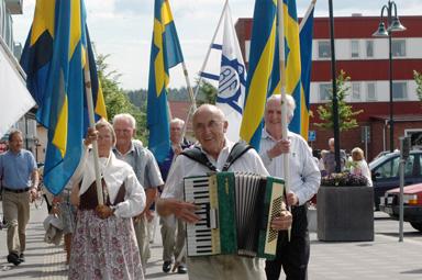 Bilden tagen vid förra årets nationaldagsfirande i Bollebygd. I täten, dragspelare Arthur Eriksson.