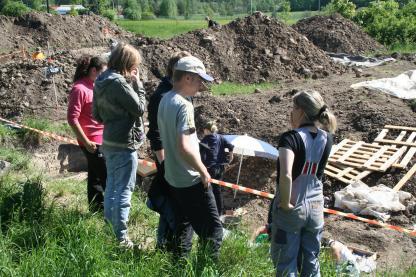 Arkeologieleverna vid grävplatsen i Sala