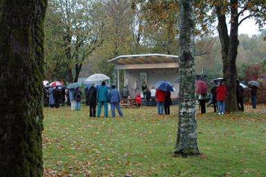 Många fanns på plats vid invigningen trots regnet