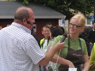 Ida Stafrin medhjälparei det gröna laget, förklarar för Lars T. att källsortering tar lite tid