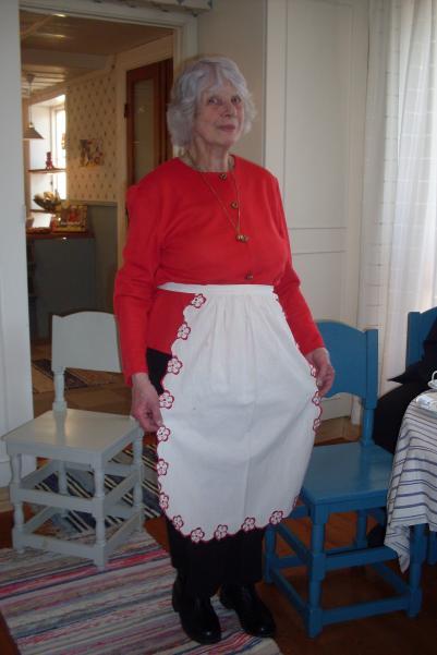 Kerstin visar sitt vackra förkläde som är mer än 150år.