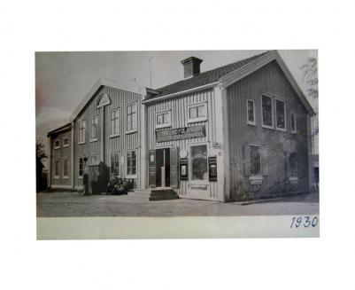 Foto av foto från 1930, som blivit kvar i huset sen förrförra ägarna.Det är lite svårt att tyda första delen på andra raden på skylten, det står Edlund & Ulander och slutar med diversehandel Kanske någon läsare vet namnet på den gamla firman?