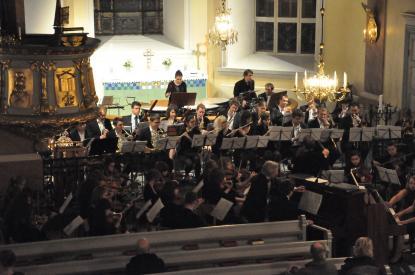 Orkesterni Hille kyrka på kvällen.
