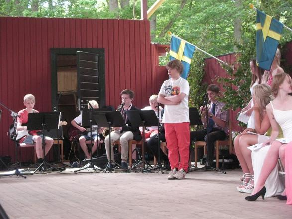 Orkestern kan var svår att skymta i bakgrunden, men de hörs väldigt bra!
