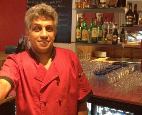 Det blir långa dagar för Josef Saleh i restaurangen, där det serveras både lunch, á la carte, buffé och smörgåstårtor.