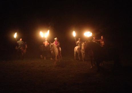 På kvällen ställde Kavalleriet upp med sin eldshow och red med facklor.