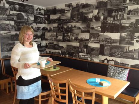 På den ena väggen i Cafét har Sofia Håkansson ett kollage på olika byggnader som en gång funnits i Hoby. Bilderna är hämtade från Bräkne-Hobys hembygdsförening och tagna av fotografen Stig Svensson.