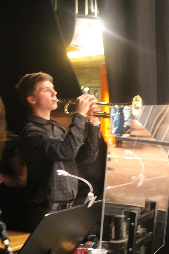 Längst in på scenen hittar vi Erik och hans trumpet!
