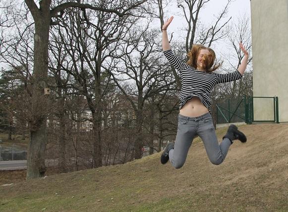 Sara är inte bara proffs på att hoppa framåt, utan också på att hoppa uppåt!