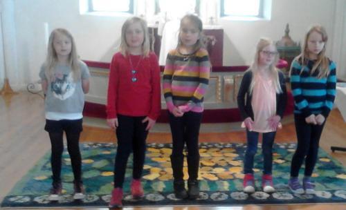 Barnkören var en orsak att man mötte gladfa skratt, så fort man kom in i kyrkan...