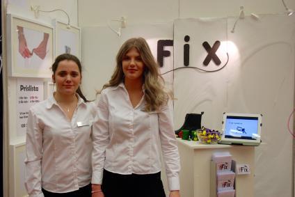Julia och Felicia i sin monter på UF-mässan i Göransson Arena