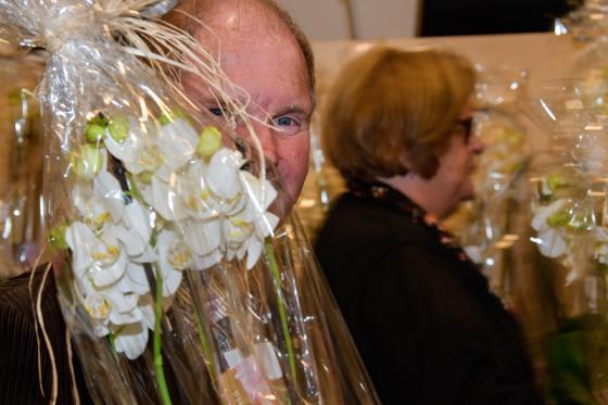 Morgan Ohlsén (S) var en av de som avtackades och fick blomma.