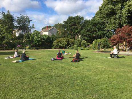 På måndagar klockan 18.00 har Bygd i Samverkan arrangerat yoga i Svensmanska parken, dit vem som helst kan komma utan någon anmälan.