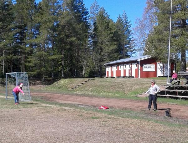 Ulla kastar med liten boll på Nordvallen